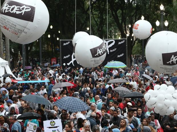 Professores reunidos na Praça da Sé na tarde desta quinta-feira.  (Foto: Daniel Teixeira/Estadão Conteúdo)