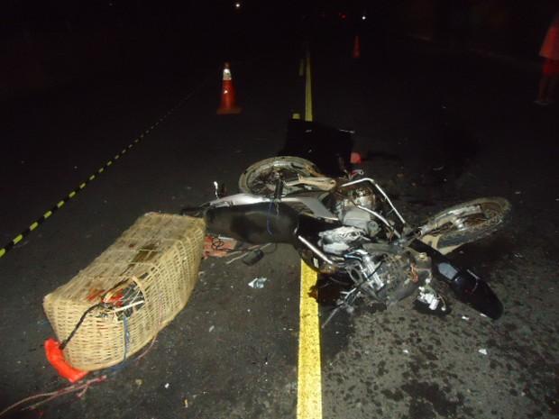 Motocicleta ficou destruída em acidente com carro em São José de Ubá  (Foto: Divulgação/Blog do Adilson Ribeiro)