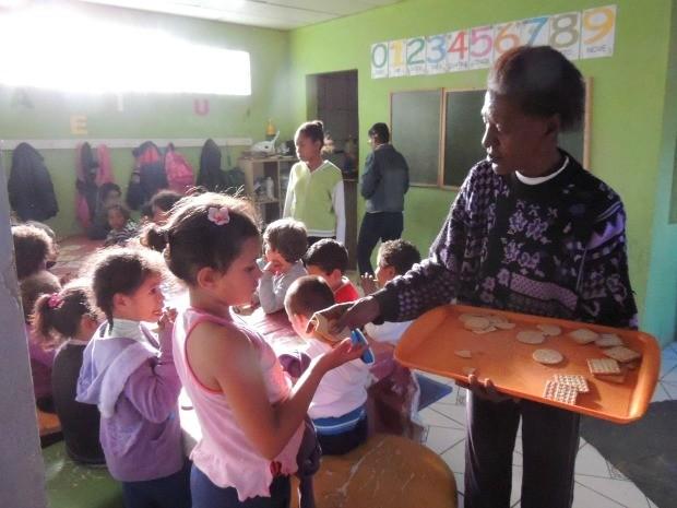 Vó Georgina abriu a própria casa para cuidar de crianças em Porto Alegre (Foto: Rafaella Fraga/G1)