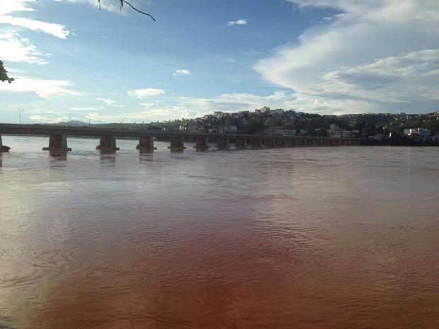 Coloração do Rio Doce em Colatina ainda está alterada devido à lama de rejeitos que vazou de barragem (Foto: Raquel Lopes/ A Gazeta)