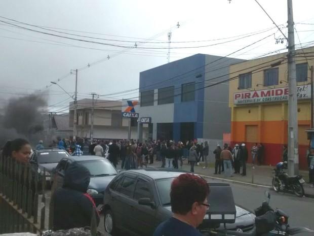 Centenas de moradores protestam no bairro Borda do Campo, em São José dos  Pinhais ( 69d801dde1