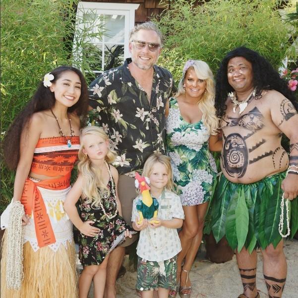 Ace, os pais, a irmã e os recreadores fantasiados de Maui e Moana (Foto: Instagram)