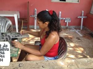 Ivaneide fabrica tudo o que é relacionado ao cemitério, como caixilhos, cruzes, placas e capelas (Foto: Gaia Quiquiô/G1)