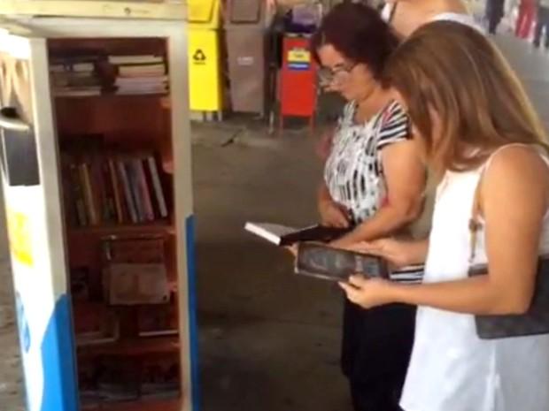 Leitores pegam livros no projeto Gelateratura, em Goiânia, Goiás (Foto: Murillo Velasco/G1)