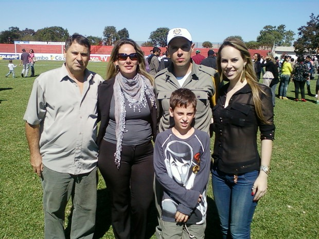 Ingrid ao lado dos pais e irmãos na formatura da Brigada Militar (Foto: Arquivo Pessoal)