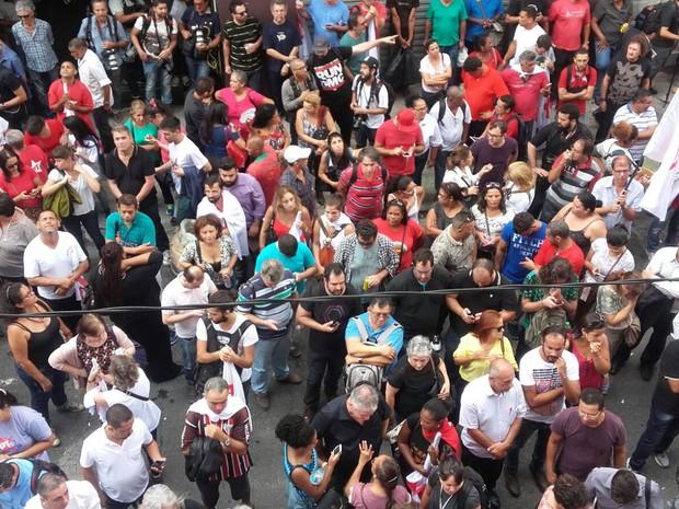 Militantes do PT se concentram em frente ao Diretório Nacional do partido, no Centro de São Paulo (Foto: Paula Paiva/G1)