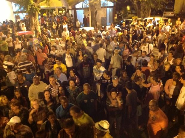 Multidão acompanha comemoração do novo prefeito (Foto: Ana Cláudia Gonçalves/G1)