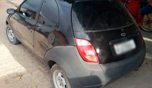 Ford Ka utilizado no assalto foi abandonado durante a fuga (Foto: Valber Moura/G1)