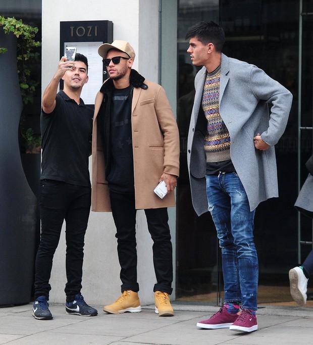 040af205fbe30 EGO - Neymar é clicado todo estiloso pelas ruas de Londres e posa ...