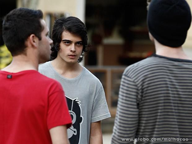 Júnior percebe o perigo e não sabe o que fazer para se livrar dessa (Foto: Malhação / TV Globo)