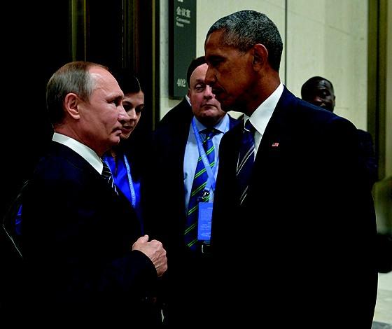 """QUEM AVISA AMIGO É  Putin e Obama, na China,  em 2016.  O americano abordou o russo e o  instou a """"parar com aquilo"""", em alusão  aos hackers (Foto: Alexei Druzhinin/via REUTERS )"""