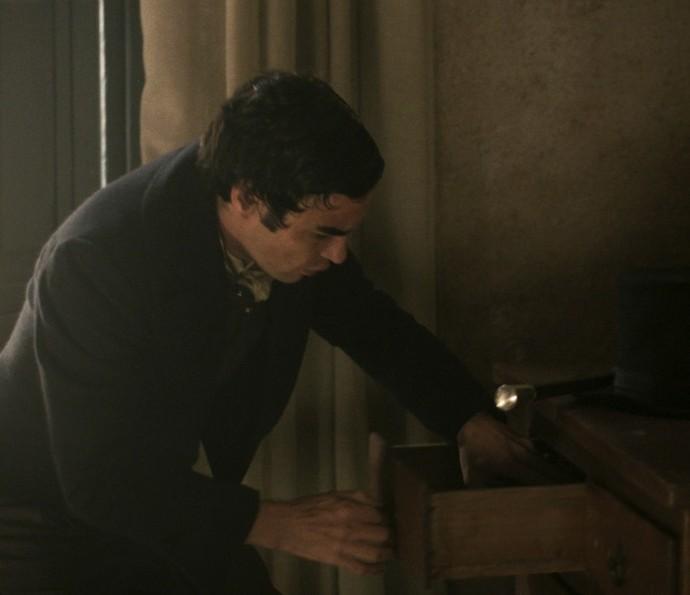 André vai ao quarto de Xavier procurar barra de ouro escondida (Foto: TV Globo)
