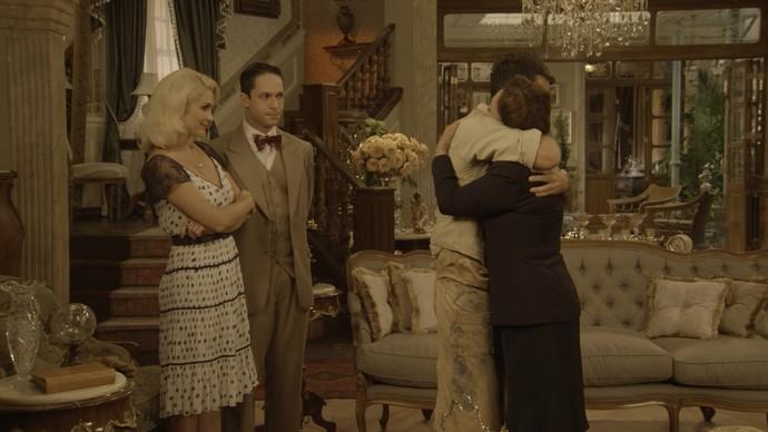 Sandra e Celso comemoram o golpe que pretendem dar na tia (Foto: TV Globo)