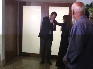 O prefeito Eduardo Paes fala com a viúva do ator Claudio Cavalcanti, Maria Lúcia Frota, ao chegar ao velório nesta terça (1º) no Rio (Foto: Janaína Carvalho/G1)