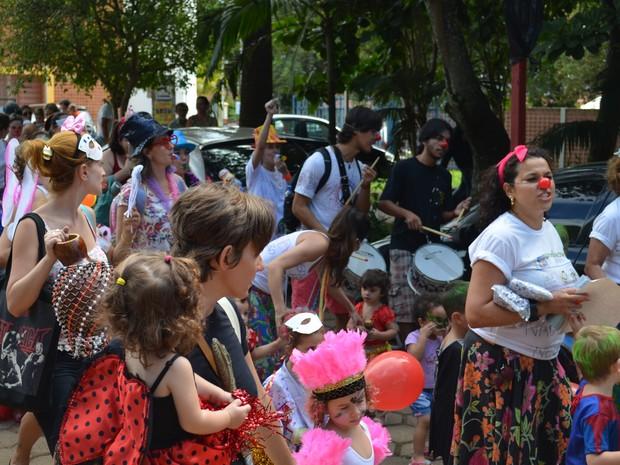Manifestação de funcionários, pais e alunos de creche da USP de São Carlos (Foto: Orlando Duarte Neto/ G1)