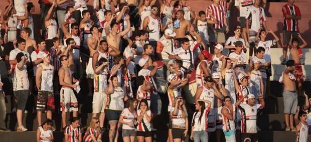 Torcida do Botafogo-SP respira aliviada após vitória contra o Lajeadense (Foto: Rogério Moroti / Ag. Botafogo)