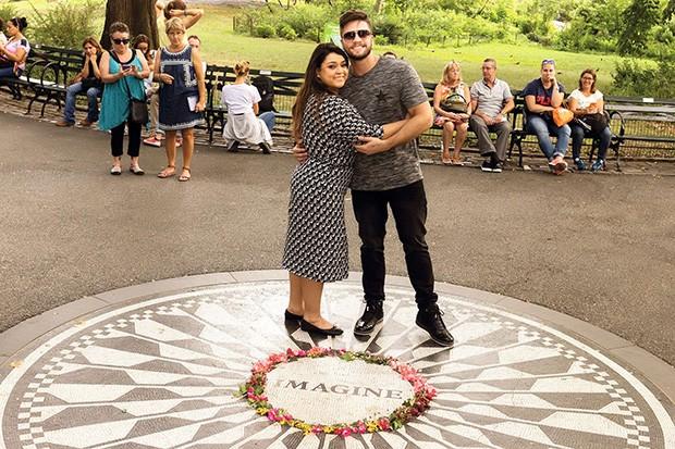 . (Foto: Para homenagear o legado de John Lennon, milhares de fãs reúnem-se na área onde fica o mosaico Imagine, referência à famosa canção do inglês. )