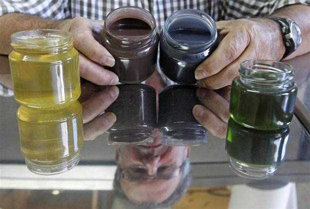 Apicultor francês mostra potes de mel colorido (Foto: Vincent Kessler/Reuters)