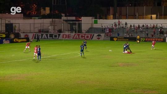 Lambança?! Goleiro sai da área para afastar bola, se atrapalha e sofre gol
