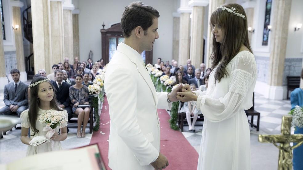 Alice aceita se casar com Vitor, mesmo esperando um filho de Renato, quem ela acredita que morreu (Foto: Ellen Soares/Gshow)