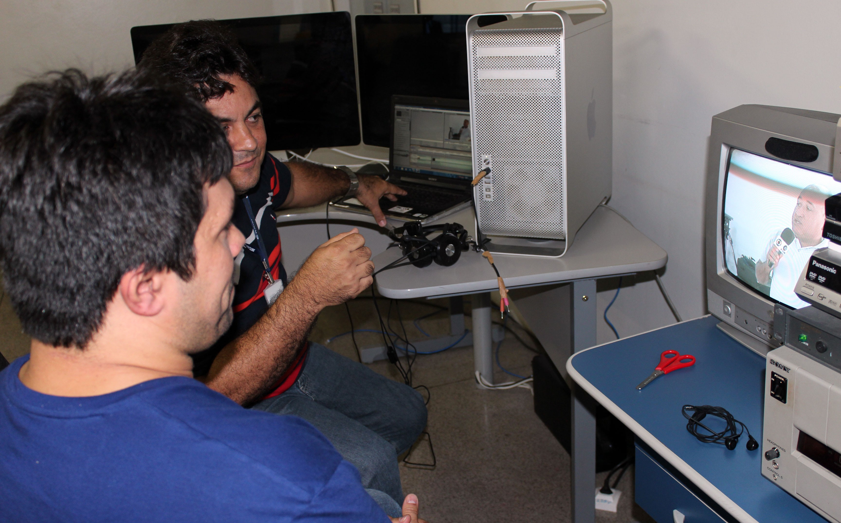 Magno Bonfim e Jucielo Freita analisam programas editados(Foto: Katylenin França)