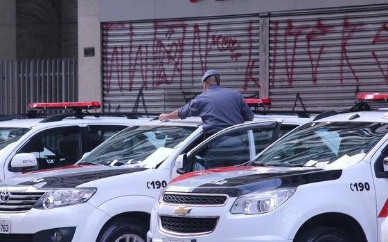 Viaturas da polícia militar durante reintegração de posse em São Paulo (Foto:  Fábio Vieira / Código19 / Ag. O Globo)