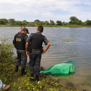 Corpo foi retirado do rio Mossoró neste sábado (Foto: José Nilson da Silveira Ferreira)