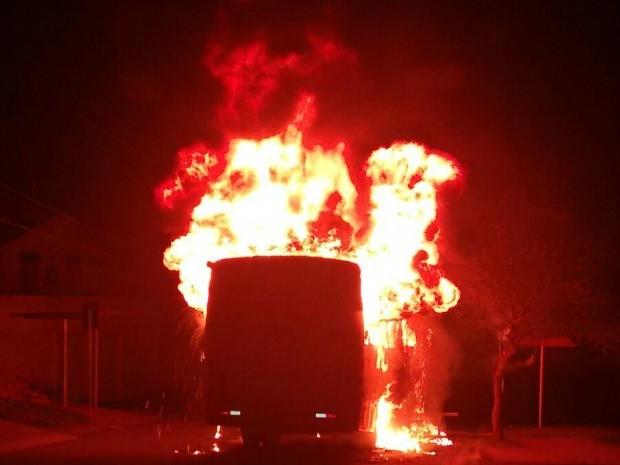 Segundo a BM, ônibus foi atacado na Vila Jardim, em Porto Alegre (Foto: Divulgação/BM)
