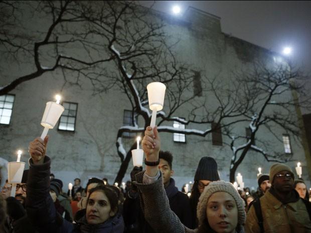 Fãs de Philip Seymour Hoffman erguem velas durante vigília em homenagem ao ator; grupo se reuniu, na noite desta quarta-feira (5), em frente à companhia teatral que ele dirigiu em Nova York (Foto: Kathy Willens/AP)