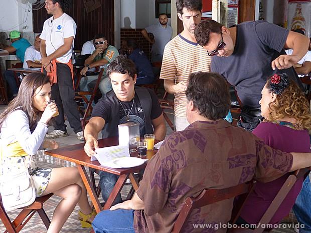 Elenco bate texto enquanto figurino faz os últimos retoques (Foto: Amor à Vida / TV Globo)