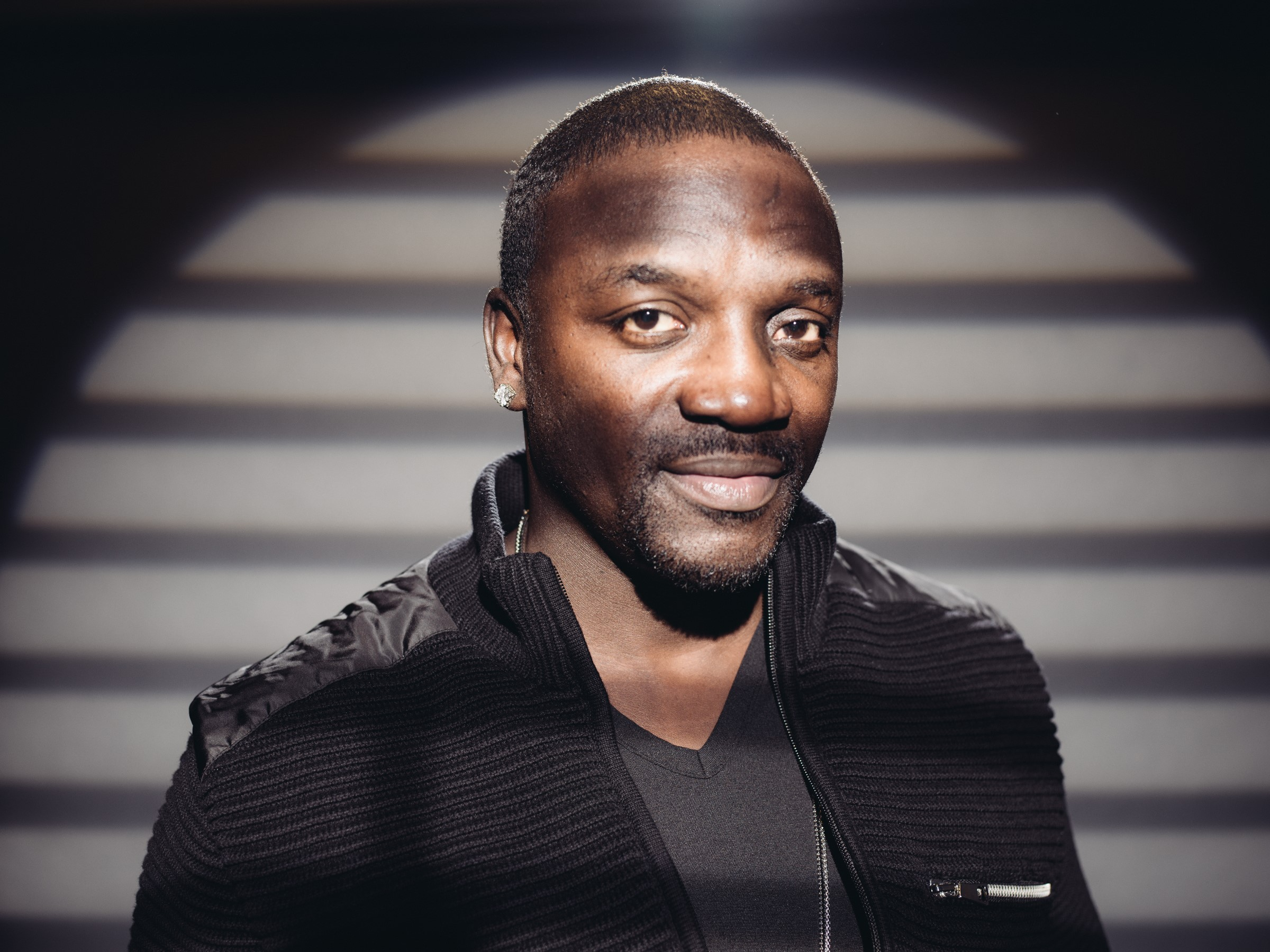 Akon lana clipe de novo single, 'Tell Me We're OK' (Foto: Casey Curry/Invision/AP)