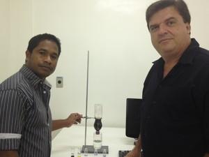 Julião e seu orientador, o professor Nelson Antoniosi Filho (Foto: Fernanda Borges/G1)