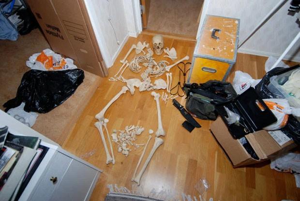 Mulher mantinha atividades sexuais com esqueleto. (Foto: AFP)