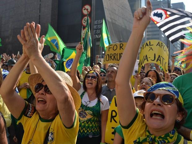 Manifestantes gritam palavras de ordem durante protesto contra a presidente afastada Dilma Rousseff na Avenida Paulista, em São Paulo (Foto: Nelson Almeida/AFP)