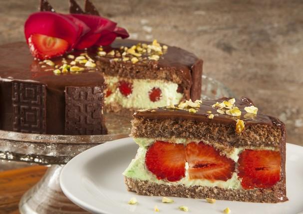 Aprenda a preparar uma deliciosa torta de pistache com morango e chocolate (Foto: Bianca Obadia)
