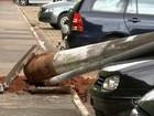Fios enroscam em caminhão, e poste cai sobre três carros em Itapetininga