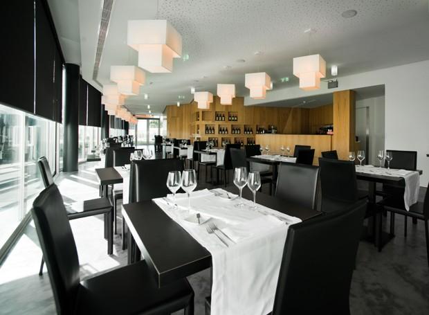 O restaurante do hotel é famoso pela variedade de vinhos portugueses (Foto: Divulgação)