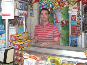 Flávio Duarte é dono de padaria no Morro dos Macacos (Foto: Janaína Carvalho)