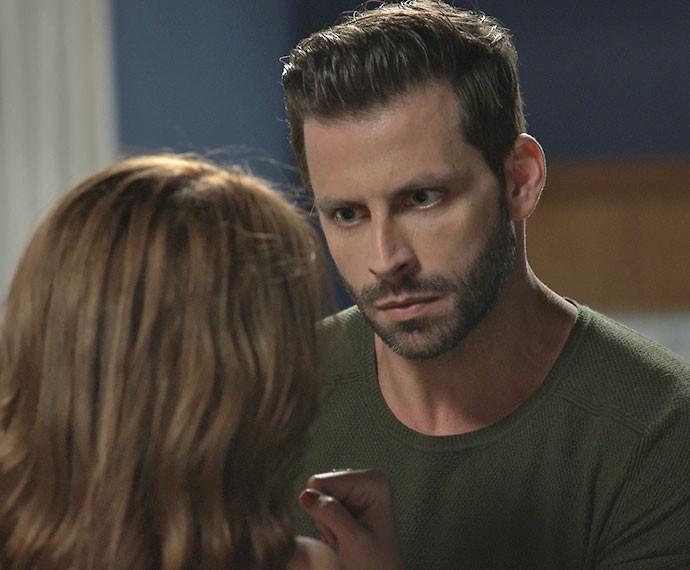 Gabo fica irritado com a demora de Ximena para chegar em casa: 'Eu mando em você!' (Foto: TV Globo)