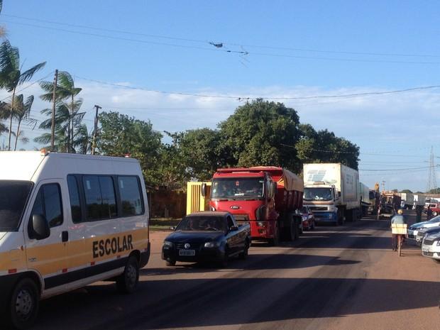 Veículos ficaram parados esperando liberação da rodovia no Amapá (Foto: Abinoan Santiago/G1)