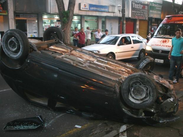Carro capotou após bater em quatro veículos em Umuarama (Foto: Divulgação/PM)