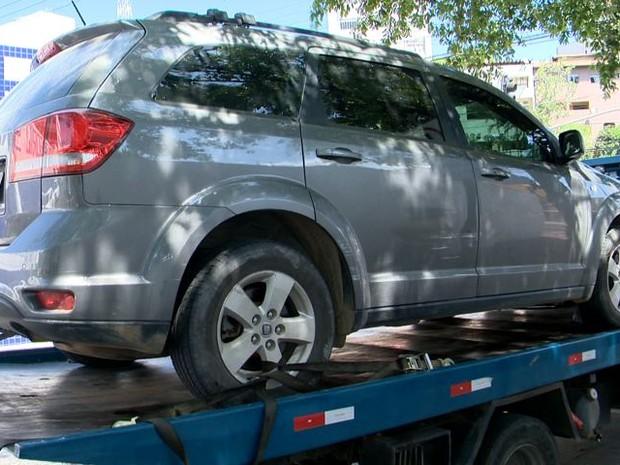 Carro estava estacionado em uma vaga na praia (Foto: Reprodução/ TV Gazeta)