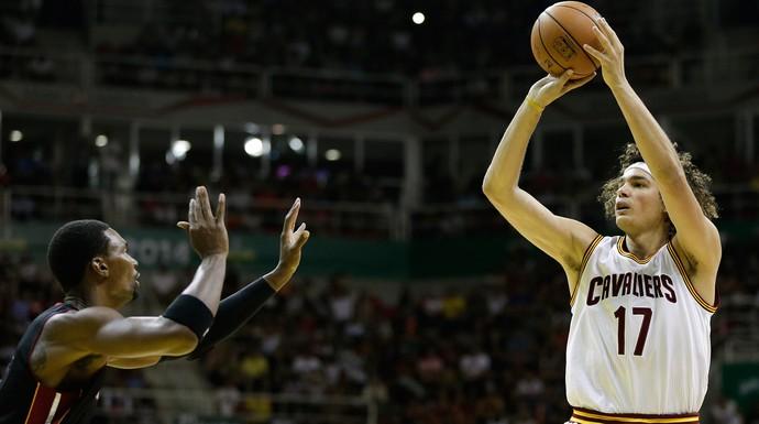Chris Bosh e Anderson Varejão basquete, Miami Heat x Cavaliers (Foto: AP)