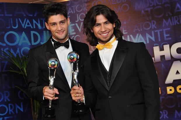 Munhoz e Mariano levaram troféu pela música 'Camaro Amarelo' (Foto: Roberto Teixeira/EGO)
