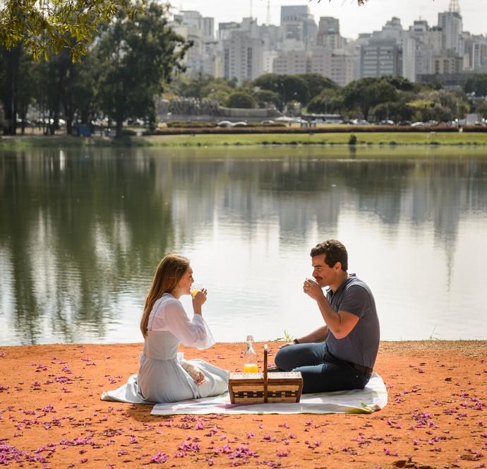 No Parque do Ibirapuera, Isabelle Drummond atua ao lado de Thiago Martins (Foto: Ramon Vasconcelos/TV Globo)