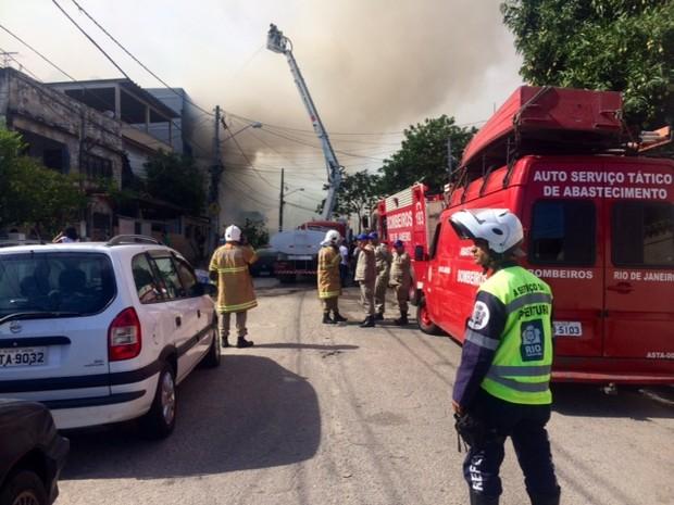 Policiais que estão no local informaram ao G1 que vão isolar as casas da Rua Alaíde, pois ainda há risco de explosão (Foto: Cristiane Cardoso/G1)