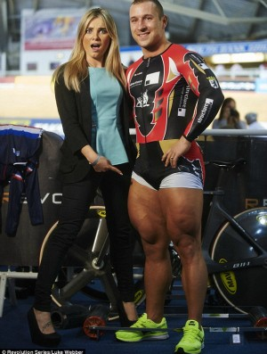 Apresentadora mede coxas de Homem-Coxa em Manchester ciclismo (Foto: Divulgação)