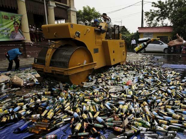 A inutilização da erva e das garrafas ocorrem antes do mês sagrado do Ramadã. (Foto: Reuters)