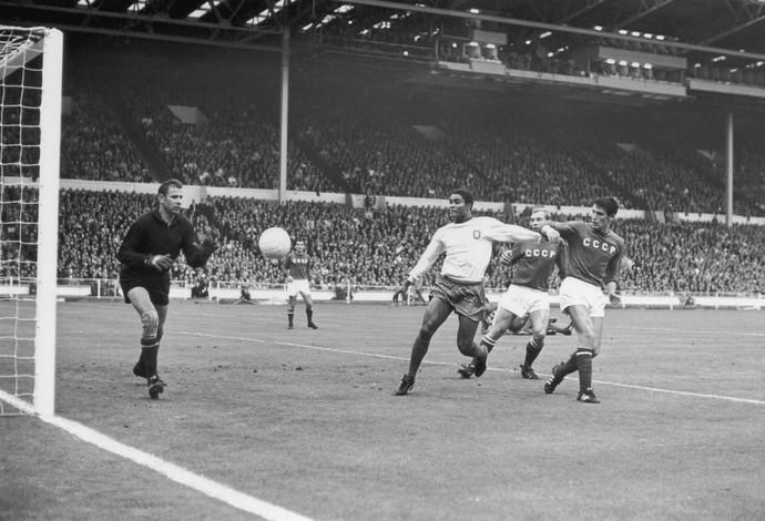 Eusebio e Lev Yashin - Portugal e Russia - Copa 1966  (Foto: Getty Images)