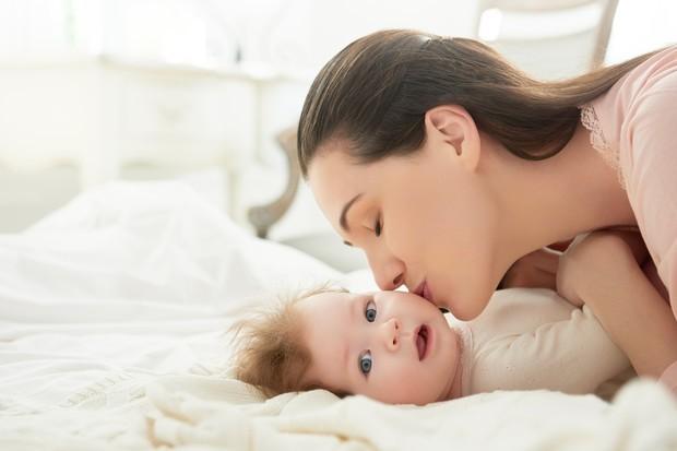 mãe beija bebê (Foto: Thinkstock)